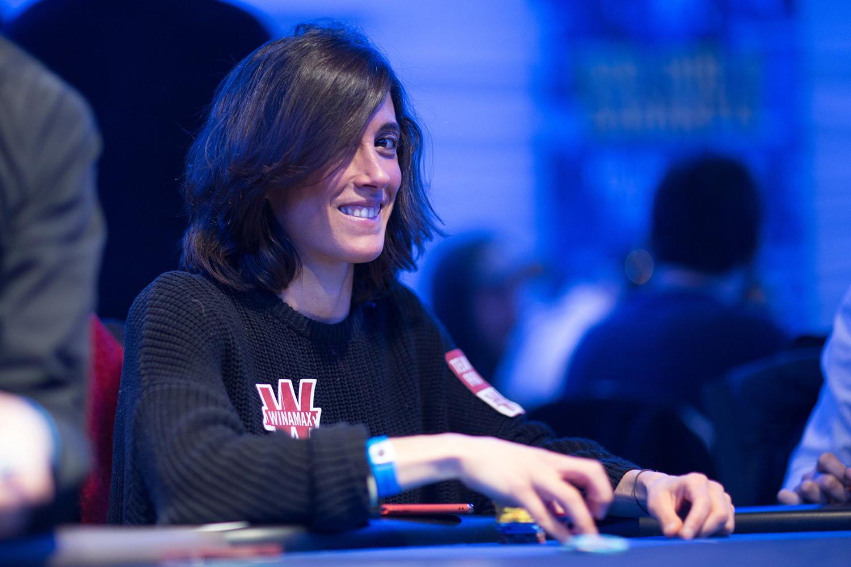 Joueuse de poker espagnole 3 card poker games free download